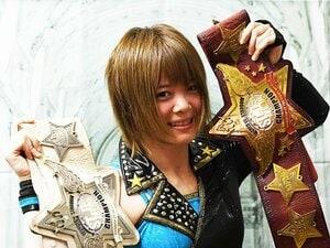 やせっぽちの女子プロレス王者。岩谷麻優が抱く赤と白のベルト。