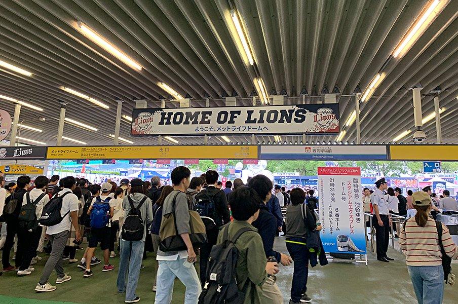 """改修直前、思い出の""""西武球場""""へ。野球は儚く変わっていくものだから。<Number Web> photograph by Yasutaka Nakamizo"""