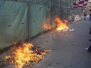 実録・無法ウルトラスに潜入(3)ローマの街中で浴びた火炎瓶攻撃。