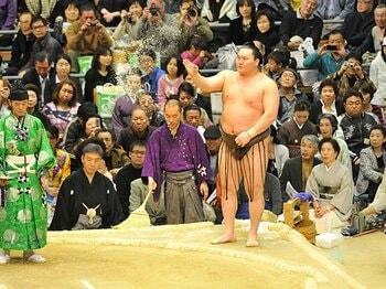 """""""横綱相撲""""の呪縛を解かれた白鵬。新たな一面を引き出した「西の風景」。<Number Web> photograph by JMPA"""