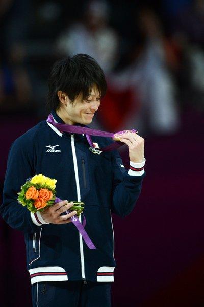 金メダルを見て微笑む内村航平。~ロンドン五輪2012~