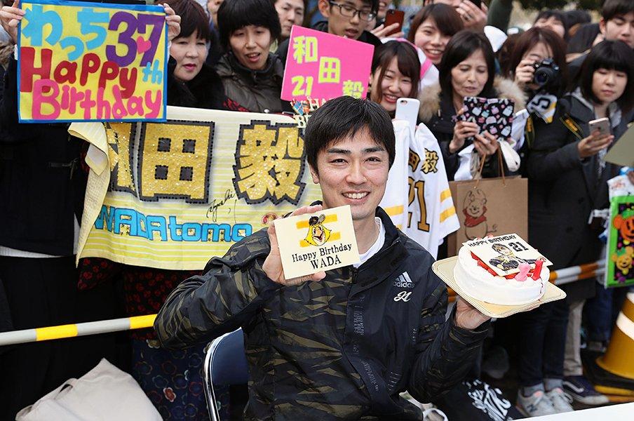 松坂世代・和田毅が懸命のリハビリ。ホークス最年長と50万本のワクチン。<Number Web> photograph by Kyodo News