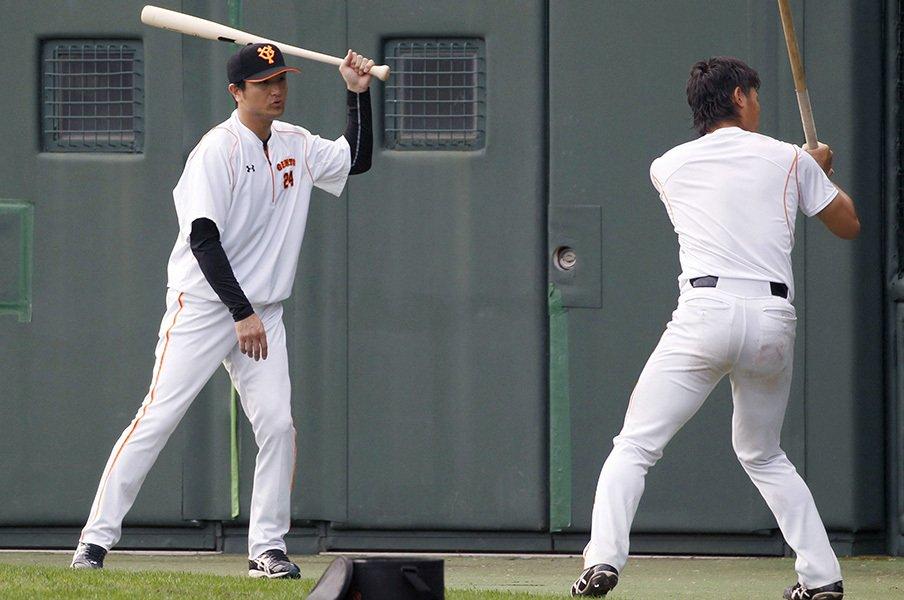 新監督と名伯楽の指導が飛び交う!巨人、貧打解消へのキャンプイン。<Number Web> photograph by Kyodo News