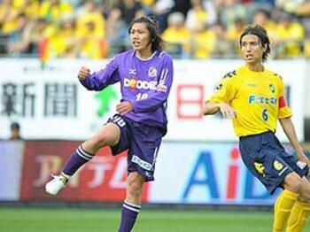 美しくも脆いパスサッカー。~サンフレッチェ広島と岡田ジャパン~<Number Web> photograph by Toshiya Kondo