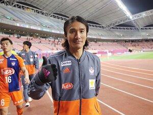 新潟・田中達也が手袋を外さぬ理由。35歳ドリブラー、情熱と逆襲の予感。