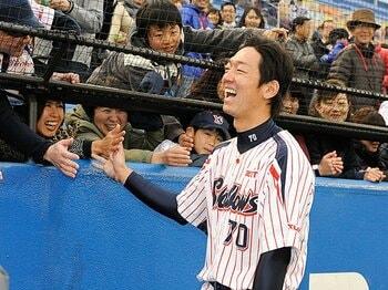 マウンドに立つ背番号「90」と「70」。楽天・宮川、ヤクルト・八木の再出発。<Number Web> photograph by Nanae Suzuki