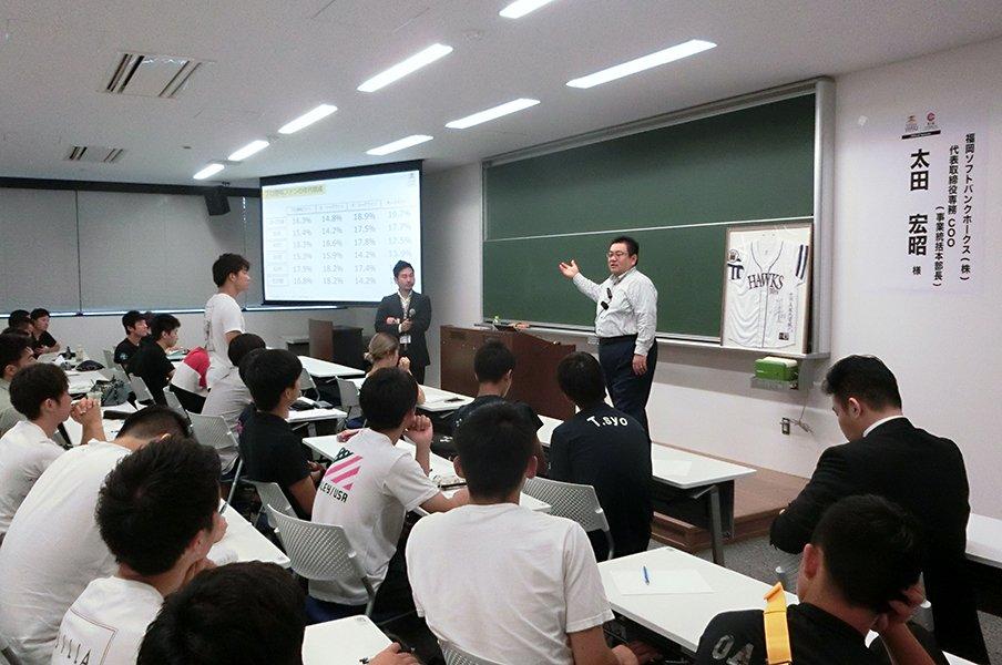 ホークスは「ビジネス人材」も育成?大学講座で専務が語った経営の裏側。<Number Web> photograph by Kotaro Tajiri