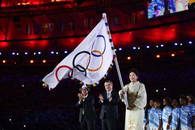 2016年リオ五輪の閉会式で五輪旗を受け取った小池百合子東京都知事 ©Getty Images / photograph by