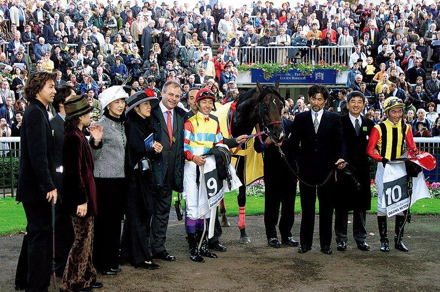 1999年、アグネスワールドでアベイ・ド・ロンシャン賞(フランス)を制した武を、祝福する蛯名。