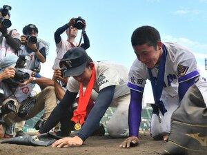 """甲子園で負けたチームが土を集めるのは、なぜ""""当たり前""""になった? 63年前の悲劇「沖縄の海に捨てられた甲子園の土」"""