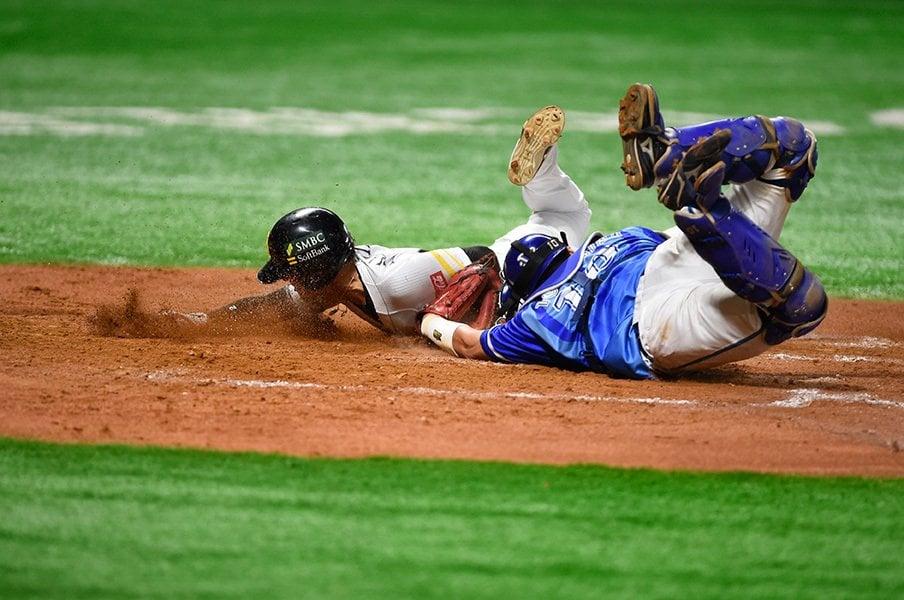 リプレー検証の気になるグレーさ。野球ファン納得の運用法を考える。<Number Web> photograph by Naoya Sanuki