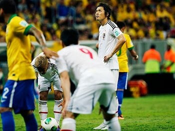 <ブラジル戦での完敗を糧に> 遠藤保仁の視点 「ここで終わるチームならW杯では1勝もできない」<Number Web> photograph by Keita Yasukawa