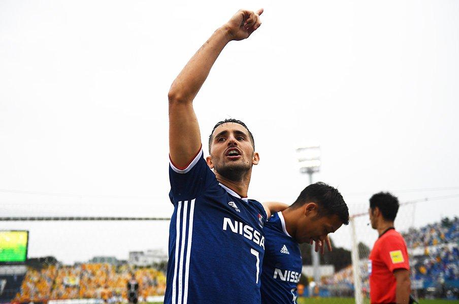 横浜FMウーゴはGK泣かせのFW。ゴール後、左腕にキスをする理由。<Number Web> photograph by J.LEAGUE