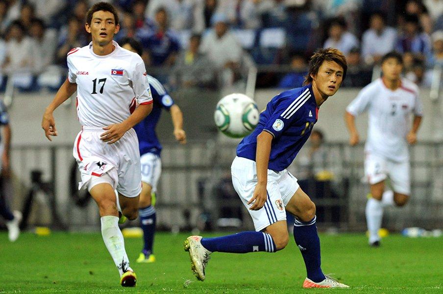 2011年9月に行われた日本vs.北朝鮮戦での安と李忠成。結果は1-0で日本代表が勝ったが、激戦だった。