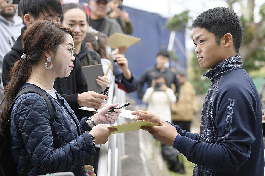 まさに「国民の息子」。根尾昂がメディアもファンも惹きつける理由。<Number Web> photograph by Kyodo News