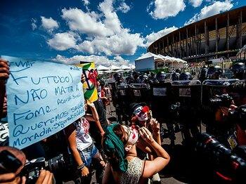 試合毎にスタジアム周辺はデモ隊に囲まれた。W杯まであと1年、諸問題は解決されるのか。
