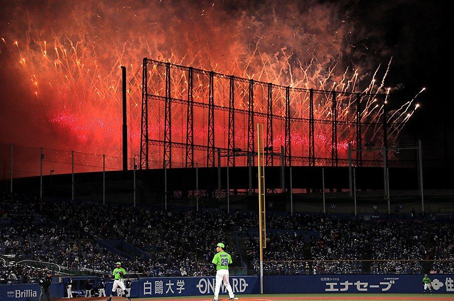 """神宮の珍事で嵐ファンと野球ファンが""""場外乱闘""""? 次々起こる""""事件""""経て、なぜか「アラフェス2020」観ることに"""
