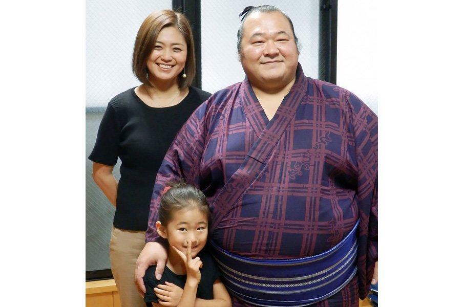 2年ぶりの関取復帰――。豊ノ島の妻と娘が支えた土俵際。<Number Web> photograph by Kyodo News