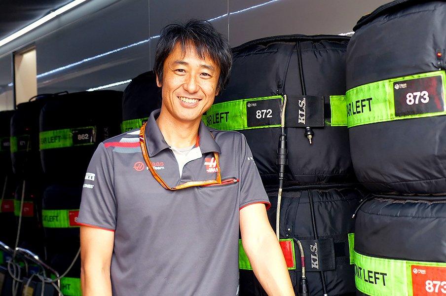 """ハース快走の陰に、この日本人アリ。F1界で活躍する""""サムライ""""富塚裕。<Number Web> photograph by Masahiro Owari"""