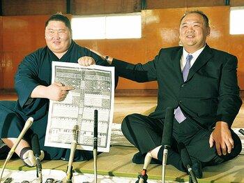 入幕2場所目の関脇昇進は昭和以降最速。笑顔で番付表を手にする逸ノ城(左)と湊親方(右)。