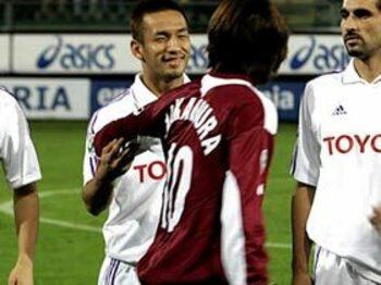 中田VS.俊輔「10番」対決。<Number Web> photograph by AFLO