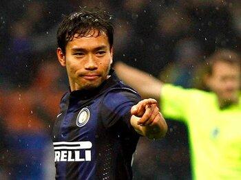 """イタリアのメディアは世界一苛烈?本田に必要なのは、長友の""""図太さ""""?<Number Web> photograph by AFLO"""