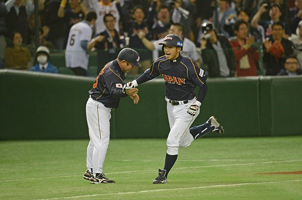 先頭打者本塁打を放った鳥谷敬。