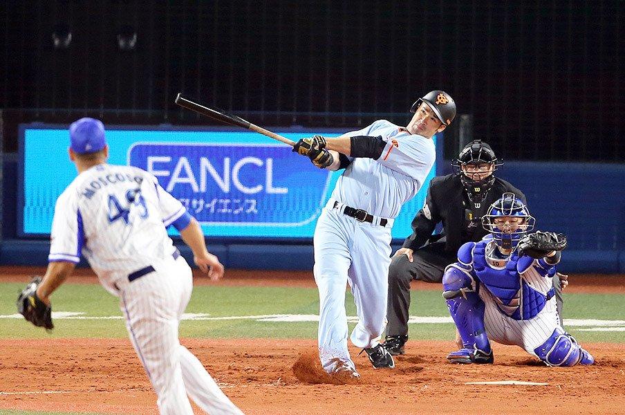巨人の4番ギャレットは「我慢」の男。外角の変化球を見送る急適応ぶり。<Number Web> photograph by NIKKAN SPORTS