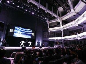 劇場に響く「WE WILL ROCK YOU」。フェンシング日本一決戦の超演出。