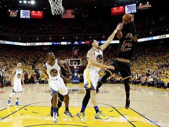 NBAファイナルを接戦にした超人の力。カリー、レブロンよりもアービング!<Number Web> photograph by AFLO