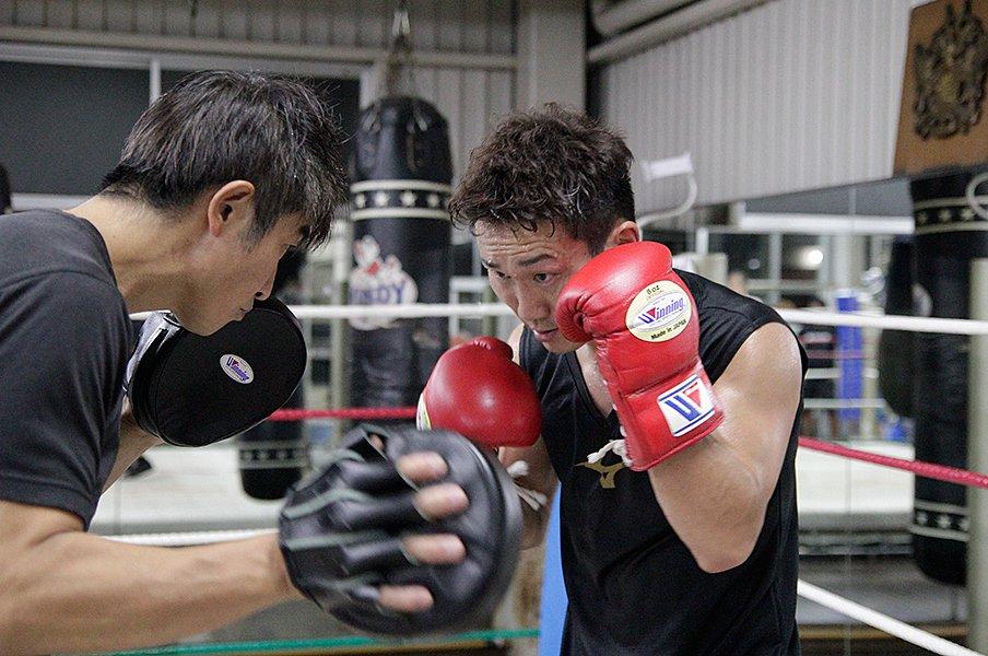WBA世界王者に挑む34歳の久田哲也。「一本歯下駄」特訓と娘への思い。<Number Web> photograph by Kensuke Serizawa