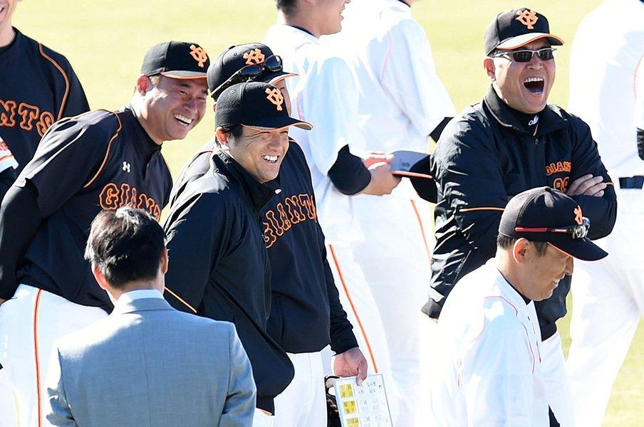 秋季練習に合流した高橋由伸監督(中央)。江川氏有力説も飛び交ったが、高橋氏が現役を引退し監督に就任することが決まった。