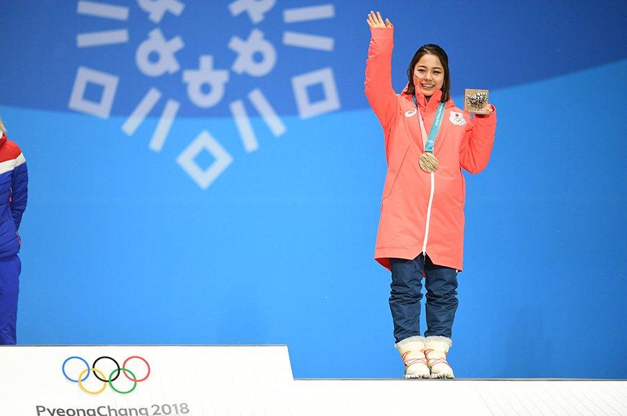銅メダルセレモニーで笑顔を見せる高梨 / photograph by Asami Enomoto/JMPA