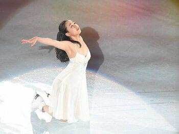 笑顔と感謝の浅田真央アイスショー。アンコールの白ドレスに込めた思い。<Number Web> photograph by Asami Enomoto