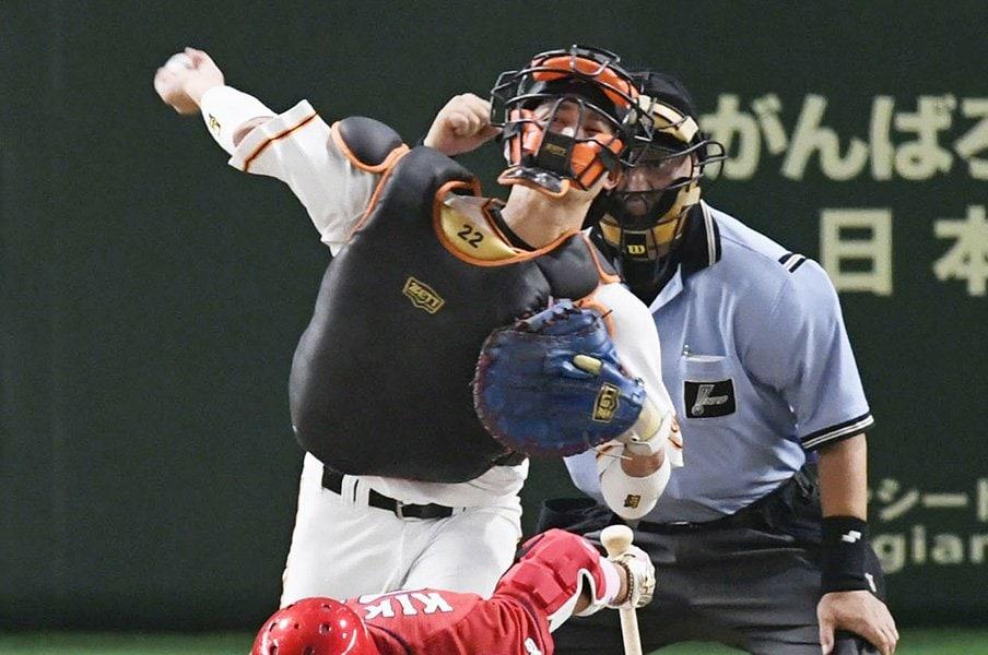 日本を代表する名捕手への絶対条件。小林誠司よ、審判の信頼も勝ち取れ!<Number Web> photograph by Kyodo News