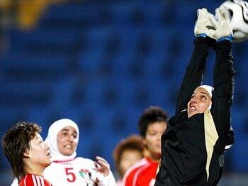 """失格処分から立ち上がった、ヒジャブを巻いた""""なでしこ""""。~女子サッカーで戦うイスラム教徒~<Number Web> photograph by Getty Images"""