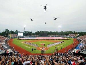 迷彩服の軍人が球場を警備。米軍基地で史上初の公式戦。~MLBが積極的に強化してきた米軍との関係性~