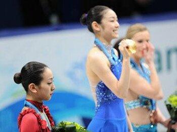 女子フィギュア表彰台の3つの涙と、浅田真央が実現したひとつの夢。<Number Web> photograph by Kaoru Watanabe/JMPA