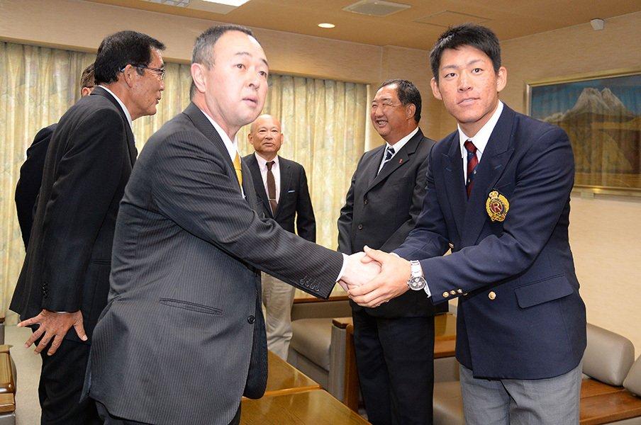 ドラフト1位の桜井俊貴(立命大)のもとへ指名あいさつに赴いた時の堤GM。
