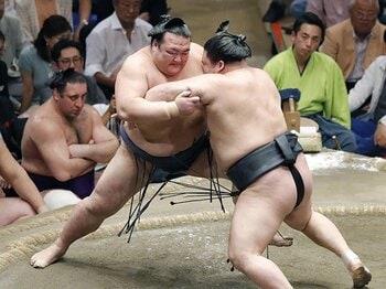 稀勢の里の相撲と雰囲気が変わった。超人と凡人が同居する横綱から今は。<Number Web> photograph by Kyodo News