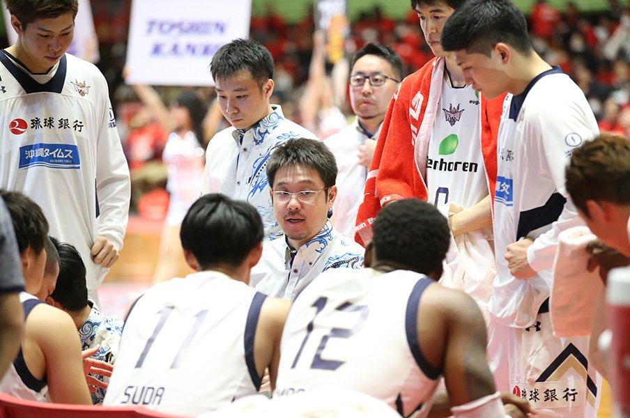 Bリーグ琉球・佐々宜央HCの流儀。33歳で指導者歴15年、異色の経歴。<Number Web> photograph by B.LEAGUE