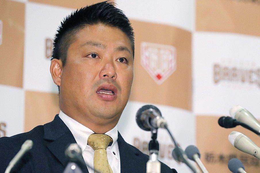 「引退」の二文字はまだ早い……。村田修一、今季NPB断念と現役の意地。<Number Web> photograph by Kyodo News