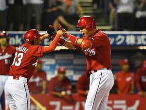 交錯した野球人生がまた1つに……。新井貴浩と赤松真人、広島での邂逅。