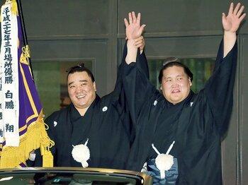 優勝パレードでは、伊勢ヶ濱部屋兄弟子の横綱・日馬富士(左)が自ら旗手を買って出た。
