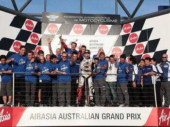 タイトル獲得の表彰台には、ロレンソを支えたチームスタッフ全員が登って2年ぶりの喜びを分かち合った。