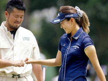 選手とキャディをめぐる些細な問題が与える影響。~藤田光里の「厳重注意」に思う~<Number Web> photograph by KYODO