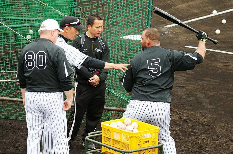 来日3年目の阪神・ゴメスが別人に!鉄人が主砲に伝授した4番打者の重み。<Number Web> photograph by NIKKAN SPORTS