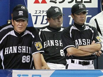借金生活が続く中、ベンチの和田監督(右)や藪恵壹、片岡篤史両コーチの表情も冴えない。