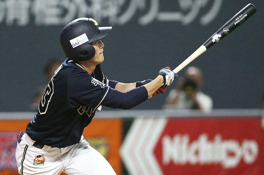 「右打席と左打席で人格を変える」俊足・佐野皓大は打撃でも魅せる。<Number Web> photograph by Kyodo News