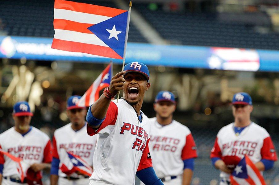 国旗を手に感情を爆発させるリンドーア。プエルトリコにとっても、WBCは国家の威信を懸けた戦いである。